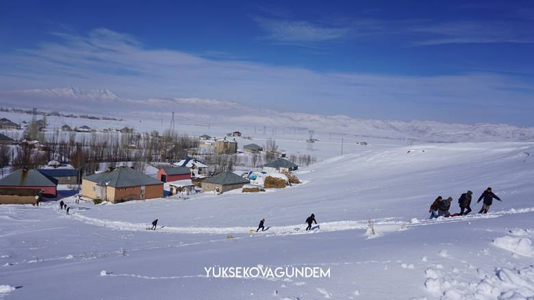Yüksekovalı çocukların karlı tepelerde kızak keyfi 1