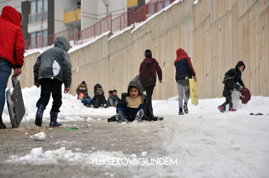 Yüksekovalı çocukların poşet ve tepsiyle kayak keyfi 1