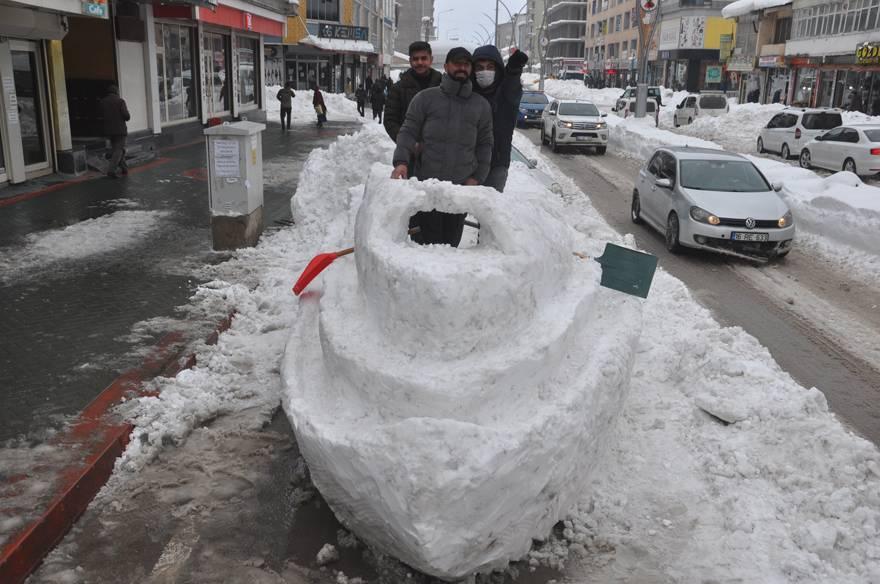 Yüksekova'da kardan gemi yoğun ilgi görüyor 1