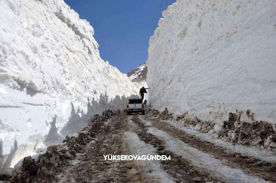 Yüksekova'da 8 metrelik kar tünelleri 4