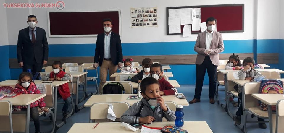 Yüksekova'daki okullara yıkanabilir 5 bin maske