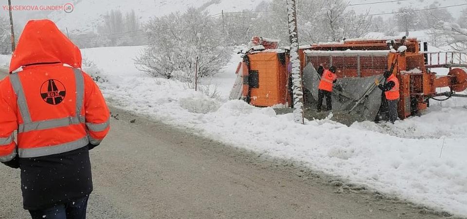 Kar temizleme çalışması yapan iş makinesi devrildi