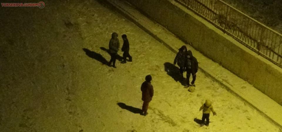 Çocukların karda top keyfi
