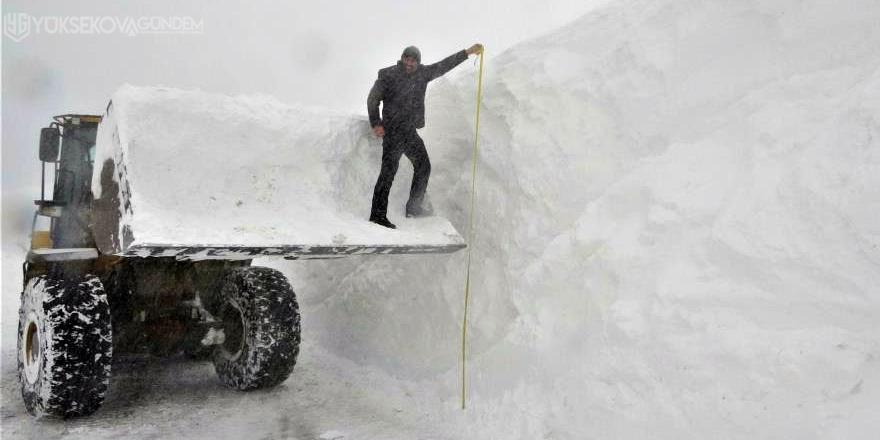 Kar kalınlığı iş makinelerinin boyunu aştı