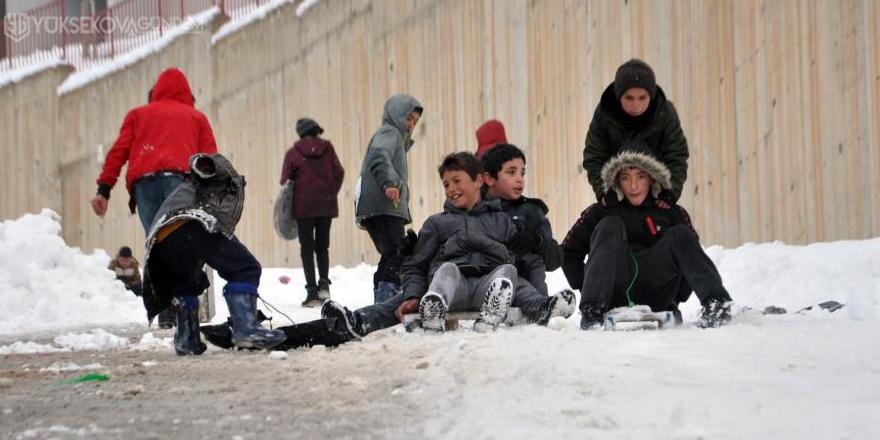 Yüksekovalı çocukların poşet ve tepsiyle kayak keyfi