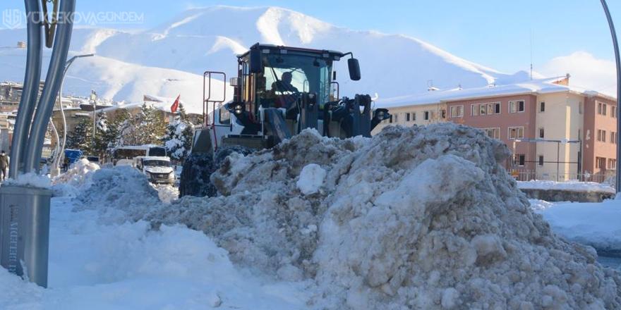 Hakkari kar dağlarından temizleniyor
