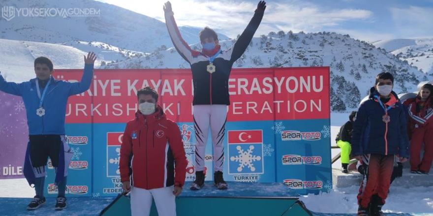 Hakkarili kayakçılar madalyalarla döndü