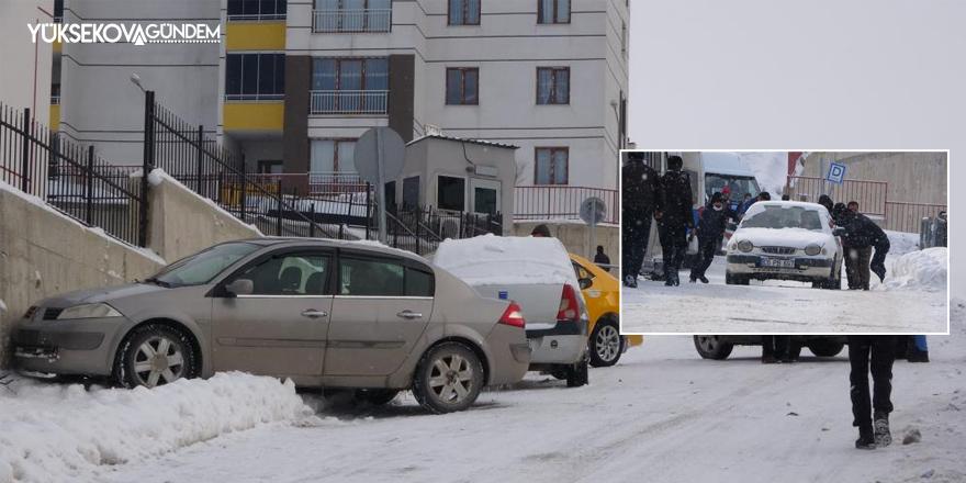 Yüksekova'da buz pistine dönen yolda sürücülerin zor anları