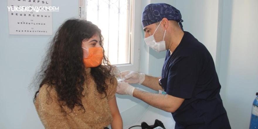 Şemdinli'de öğretmenler korona virüs aşısı oldu