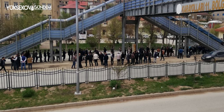 Yüksekova'da vatandaşlar, izin belgesi için uzun kuyruk oluşturdu