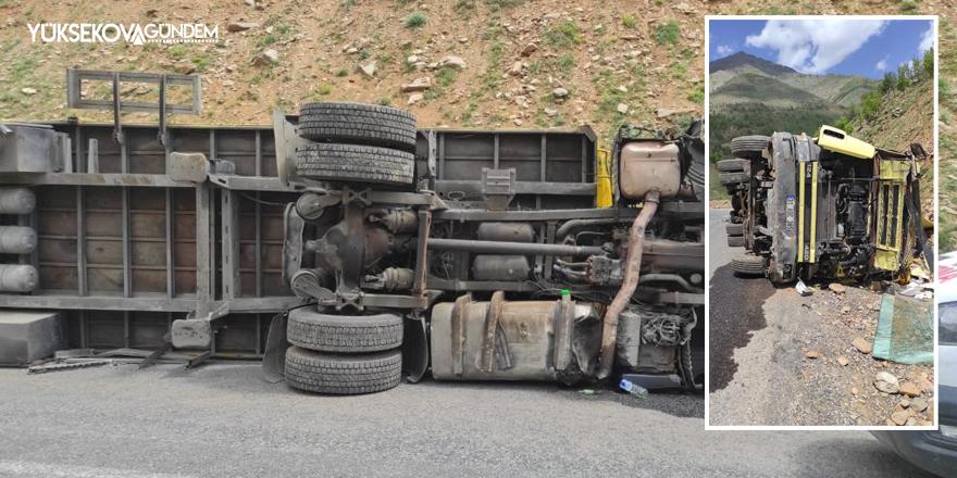 Hakkari'de demir yüklü tır devrildi: 1 yaralı