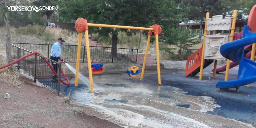 Hakkari'deki parklar köpüklü suyla yıkandı