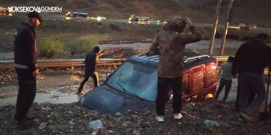 Van'daki heyelanda araçta mahsur kalan 2 kişi kurtarıldı
