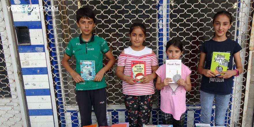 4 kardeş okul masraflarını çıkartmak için kitap satıyor