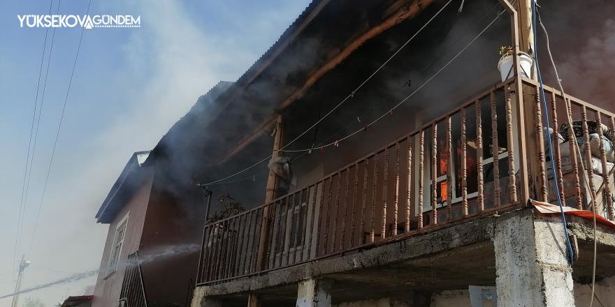 Tandır evinden sıçrayan kıvılcımlar evi kül etti