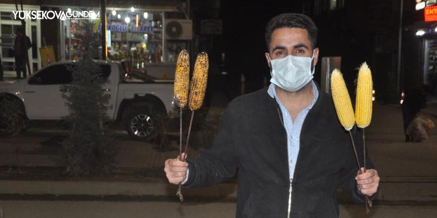 Yüksekovalı genç mısır satarak geçimini sağlıyor