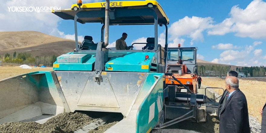 Çaldıran'da asfalt yol çalışmaları devam ediyor
