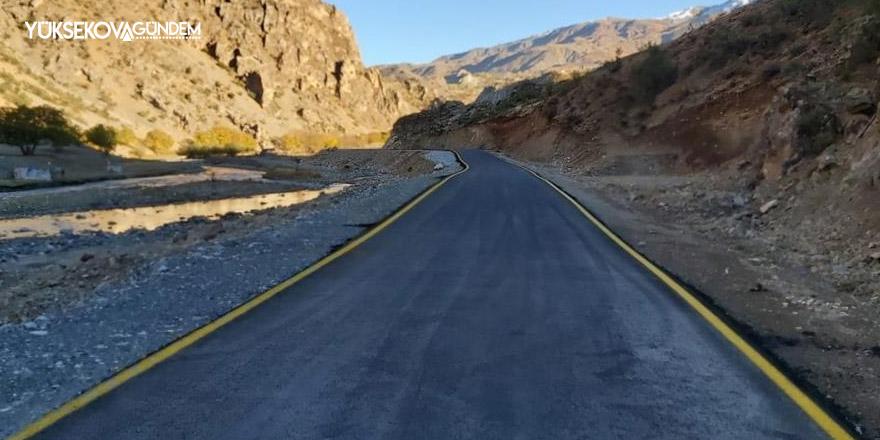 Van'da yenilenen yollarda çizgi ve uyarıcı levha çalışması