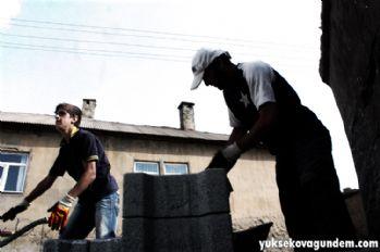Oruç tutan işçilerin sıcakla imtihanı