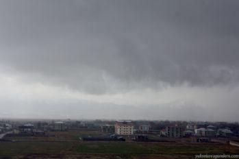 Yüksekova'da sağanak yağış