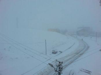 Yoğun fırtına köyleri elektriksiz bıraktı