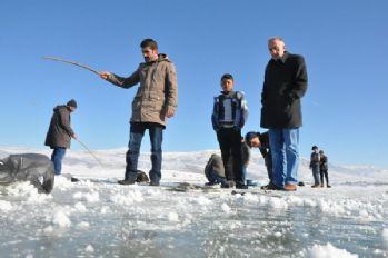 Buz kaplı baraj'da balık avı