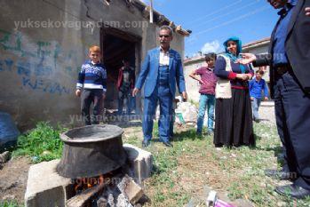 Odun ateşi ile su kaynatıp elbise yıkıyorlar
