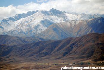 Yüksekova dağlarına yılın ilk karı yağdı