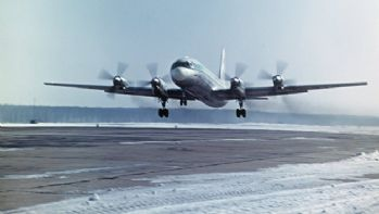Rusya'da acil iniş yapan uçak üçe bölündü