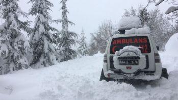 Mahsur kalan hastalara, kar paletli ambulanslarla ulaşılıyor