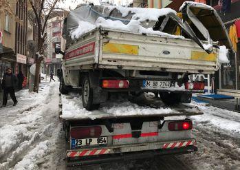 Kar kütleleri iki araca zarar verdi