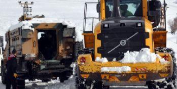 Hakkari'de mahsur kalan araçlar kurtarıldı