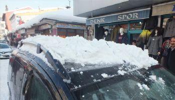 Çatıda biriken kar kütlesi aracın üzerine düştü