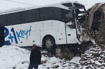 Yolcu otobüsü eve girdi: 3 yaralı