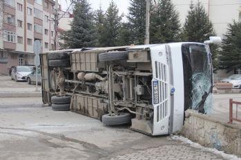 Kaza yapan işçi servisi devrildi