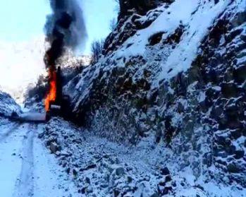 Hakkari'de bir iş makinesi ateşe verildi
