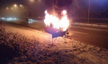Kaza yapan minibüs alev alev yandı