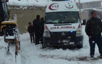 Ambulansı belediye ekipleri kurtardı