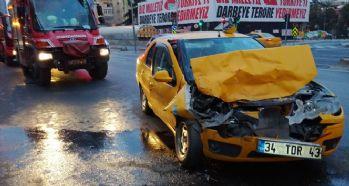 Taksi tur otobüsüne çarptı