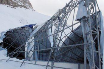 Hakkari'nin ilk buz pateni pistinin çatısı çöktü