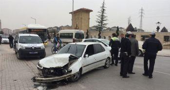 Otomobil öğrenci servisi ile çarpıştı