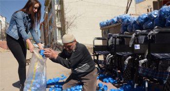 Mavi kapak toplayan dede torun, 88. tekerlekli sandalye aldı