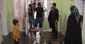 Sağanak yağış nedeniyle birçok evi su bastı