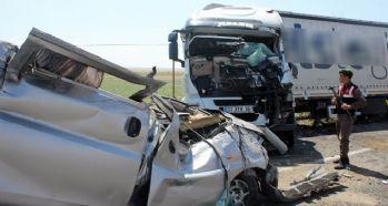 Şeritten çıkan kamyonet tıra çarptı: 1 ölü, 1 yaralı