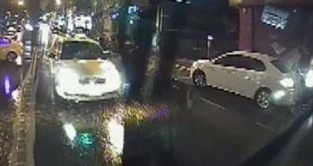Karşı şeritten fırlayan ticari taksi Özel Halk Otobüsüne çarptı