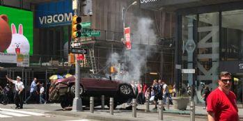 Araç yayalara çarptı: 1 ölü, 20 yaralı