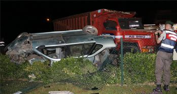 Otomobil kamyona çarptı: 1'i ağır 5 yaralı