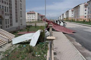 Erciş'te fırtına yıktı geçti