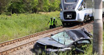 Trenle otomobil çarpıştı: 1 ölü