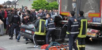 Otomobil kırmızı ışıkta bekleyen tıra çarptı: 2 ölü, 2 yaralı